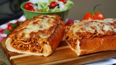 beef sausage This easy, baked spaghetti stuffed garlic bread makes a great family dinner! Crisp garlic bread stuffed with homemade, cheesy spaghetti made with a beef and sausage meat sau Spaghetti Bread, Cheesy Baked Spaghetti, Spaghetti Meat Sauce, Sauce Hamburger, Beef Recipes, Cooking Recipes, Italian Recipes, Beef Meals, Jello Recipes