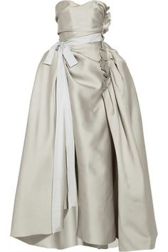 El vestido de #Lavin de #KimKardashian en la polémica portada de #VOGUE (Edición USA) de abril de 2014. A la venta en Net A Porter por sólo 4590€ (http://www.net-a-porter.com/product/409760/Lanvin/duchesse-satin-gown?cm_mmc=LinkshareUK-_-QFGLnEolOWg-_-Custom-_-LinkBuilder&siteID=QFGLnEolOWg-zhD_NawNiZH5fI5zxHqxxQ)