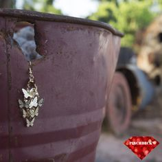 Borboleta parece flor que o vento tirou pra dançar. Fernando Anitelli #pinchbeck #acessórios #brinco #dourado #borboletas #boanoite