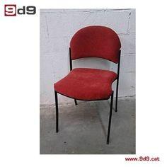 Silla oficina de segunda mano, estructura metálica pintada de color negro con asiento y respaldo tapizados en tela roja de microfibra. PVP 35€