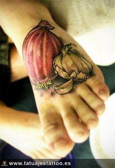 tatuaje de ajo y cebolla en el pie