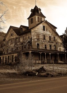 PICTURE'S WORLD: Haunted house, real haunted house, ghost house, a haunted house, the haunted house. Old Abandoned Houses, Abandoned Mansions, Abandoned Buildings, Abandoned Places, Old Houses, Abandoned Property, Abandoned Castles, Spooky House, Ghost House