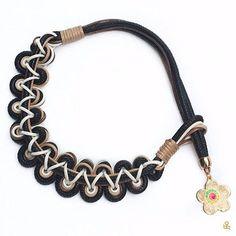This macrame necklace is such a unique Christmas gift! The fashionista in your family will love it. Get it here / ¡Este collar de macramé es un regalo único! Le encantará a a la fashionista de tu familia. Consíguelo aquí