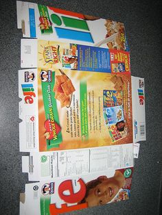 Make a gift box from a cereal box Christmas Hamper, Christmas Wrapping, Christmas Gifts, Christmas Boxes, Christmas Ideas, Cardboard Playhouse, Cardboard Crafts, Cardboard Furniture, Cardboard Fireplace
