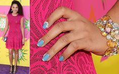 Jaylen Barron também apostou no esmalte azul clarinho e criou inglesinhas metalizadas + aplicação de adesivo brilhante perto da cutícula do dedo indicador. Kids Choice Awards 2013, Carly Rae Jepsen, Blake Lively, Class Ring, Engagement Rings, Close Up, Adhesive, Rouge, Colors