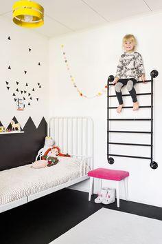 Beean huoneen seinään Rilla maalasi kuviot, kuten Elianinkin huoneeseen. Kolmiotarrat Beea on itse kiinnittänyt seinälle. Kiipeilyteline on Ikeasta. Huoneessa on Oron hieman pehmeä lattiamatto, jolla on kiva pomppia ja leikkiä.