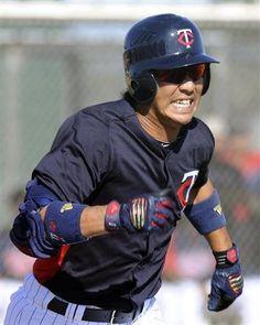 2012.03.18 パイレーツとの練習試合で三塁内野安打を放ち、一塁へ走るツインズ・西岡