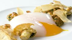 Huevo de caserío escalfado con setas de primavera salteadas #receta