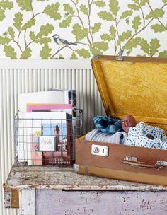 Decorate the hallway colorful and practical. Story Natalia Rehbinder Photo Riikka Kantinkoski Kotivinkki www. Hallway Wallpaper, Interior Design Living Room, Home Appliances, Korit, Home Decor, Suitcases, Cottage, Decor Ideas, Colorful