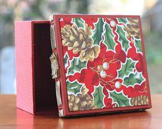 Que tal essa caixa com tema de natal? O detalhe do passa fita da um charme ainda mais especial a ela. Tampa forrada com tecido e parte interna com pintura diferenciada e decorada com fita. Pode ser utilizada na decoração da sua casa, ou então, para presentear alguém especial.