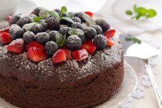 La forma ideal de desmoldar un pastel es aflojando las orillas del molde con la punta de un cuchillo o una espátula delgada. Esto permitirá que el pastel se separe del molde conforme se enfríe. #Hersheys #Chocolate #Postres #Pastel #Fruta #Fresa #Rosca #Cake