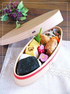 Twitter from @ahirusanobentou 入試ガンバレ♪弁当。もうかさめの唐揚げ・ほうれん草とベーコンのソテー・チーズ入り卵焼き・蓮根の素揚げ・塩結び・羊羹・花人参・ラディッシュ #obentoart #bentou #lunchbox #obentou