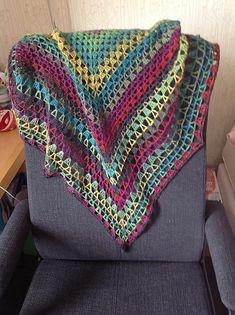 Iris Shawl, free pattern by Sara Delaney.  Alternating rows of granny clusters & V-stitch  #crochet
