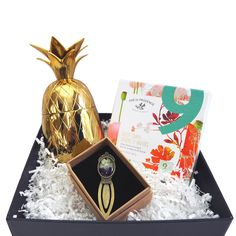 Make her day memorable with this gift box packed with elegant items to enhance her preferred pleasures and pastimes. Unique Gifts For Mom, Creative Gifts, Cool Gifts, Gifts For Dad, Pineapple Tumbler, Apollo Box, Touch Of Gold, Vintage Flowers, Holiday Gifts
