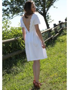 You can customize the Zita dress as you like, whether it is with a V neckline in the back for a sexy look or with a rounded neckline! Daisy Dress, Scalloped Dress, Dress Sewing Patterns, Top Pattern, Diy Clothes, Pleated Skirt, Cool Outfits, Short Dresses, White Dress