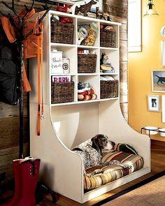 TUDO EM UM   Uma boa solução para organizar os apetrechos do seu pet é criar um espaço único. Além de prático, pode ser incorporado na decoração da casa. Capriche na cama! #inspiracao #decoracao #pet #ficaadica #SpenglerDecor