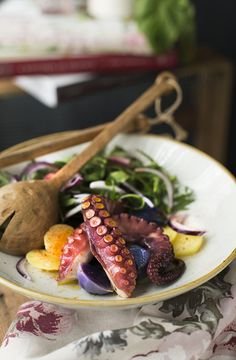 ROASTED OCTOPUS SALAD WITH VIOLET POTATOS AND ROCKET. Ensalada de pulpo asado con patatas violetas y rúcula