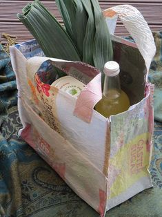DIY project: Make your own fused-plastic tote bag – thisNZlife Source by renemile Reuse Plastic Bags, Plastic Bag Crafts, Fused Plastic, Plastic Grocery Bags, Soft Plastic, Diy Projects Plastic Bags, Plastic Bottles, Plastic Bag Design, Reusable Grocery Bags