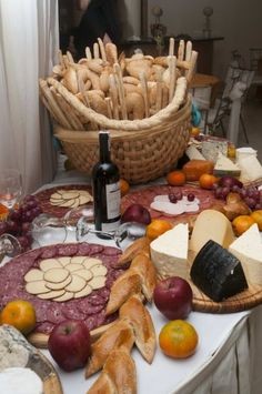 I love the bread basket Cheese Table, Meat And Cheese, Wine Cheese, Cheese Platters, Appetizer Recipes, Appetizers, Italian Party, Buffets, Grazing Tables