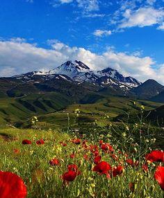 Erciyes dağı/Kayseri/// Erciyes Dağı, Kayseri'nin 25 km güneybatısındaki ovaların yanından birdenbire yükselen büyük kütleli bir stratovolkandır
