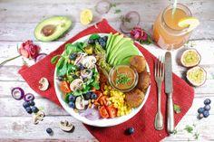 Missy Cookie verzaubert uns wiedermal mit ihren Fotos und diesem herrlichen Salatteller mit Mini-Buletten und Preiselbeer-Senf-Dressing. Wer braucht da noch Fast Food???