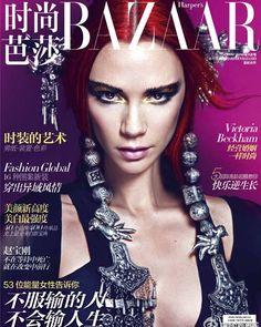 Victoria Beckham für die chinesische Ausgabe des Harper`s Bazaar: nach oben gebürstete, stark betonte Augenbrauen.