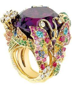 Dior, Victoria de Castellane Mücevher 2014 - Duyguları kışkırtan, markasının izini bırakan, görünmezi görünür yapan,olağan dışı şekilleri, büyüklükleri ve renkleriyle Victoria de Castellane'nin sihrini sanat eseri olarak gösteren Dior mücevherler. Maksimum detay ve inceliğin ürünü olan