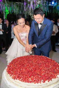 Inside Hong Kong-based It-Girl Feiping Chang's Elaborate Wedding Extravaganza in Capri Italian Wedding Cakes, Floral Wedding Cakes, Fall Wedding Cakes, Italian Weddings, Wedding Table, Strawberry Wedding Cakes, Wedding Strawberries, Wild Strawberries, Bolo Grande