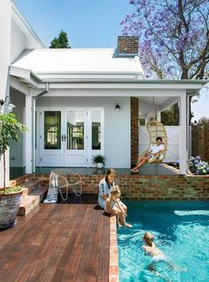 An eco-friendly family home in Perth The owners of an 'old' Australian' style home in South Perth have given it a contemporary update and earnt themselves a gold star for energy efficiency thanks to. Outdoor Areas, Outdoor Pool, Houses Architecture, Eco Friendly House, Australian Homes, House Goals, Exterior Design, Future House, Beautiful Homes
