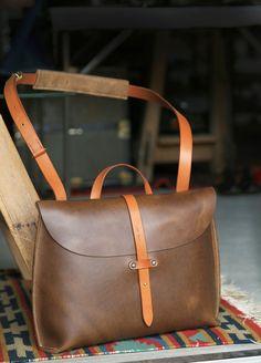 クロムエクセルレザーと オリジナルのシルバーコンチョを 贅沢に使用した、 1枚革の トートバッグが完成しました。