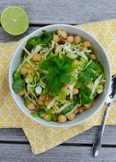 Kikærtesalat med spidskål, koriander og lime. — Sesam, Sesam