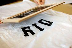 インテリアをDIYするんだったら、洋服をDIYしてもいいですよね。白いTシャツをキャンパスにデザインを落とし込みました。