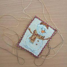 Готова моя первая текстильная открытка со снеговичком от @iya_mamahobby в рамках проекта #вышитыештучки_4   Ох, и тяжко она мне далась)))) но сейчас такая родная (несмотря на то, что кривенькая)   #хочуоткрытку