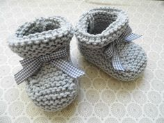 how to knit baby booties - Nadiia - - comment tricoter les chaussons bebe how to knit baby booties - Knit Baby Shoes, Crochet Baby Booties, Knitting For Kids, Baby Knitting, Free Knitting, Crochet Gloves, Knit Crochet, Ravelry Crochet, Baby Patterns