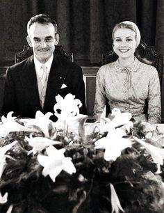 """Il 18 aprile 1956 il Principe Ranieri di Monaco e Grace Kelly signorina erano legalmente sposati. La cerimonia è stata officiata nella Sala del Trono del Palazzo dei Principi, mentre la pioggia scrosciava fuori. """""""