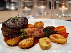 Indrefilet med fargerike tomater, baconsvøpt asparges, amadinepoteter og balsamicosaus Great Recipes, Dinner Recipes, Steak, Recipies, Food, Gourmet, Recipes, Eten, Steaks