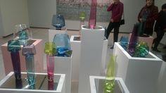 Joonas Laakson puhaltamia taide-esineitä, suunnittelija taiteilija Markku Piri.  Upea Markku Pirin näyttely oli esillä Hämeenlinnan taidemuseossa