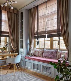 Большие окна детскойпозволили вписать композицию из шкафов с декоративной скамьей: часть ее фасадов являются радиаторной решеткой, а часть – выдвижными ящиками.