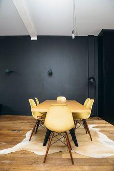 Des chaises Eames jaune moutarde pour illuminer la salle à manger