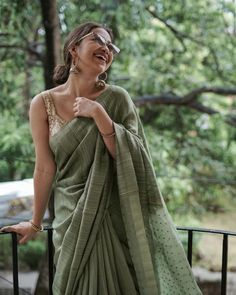 Brand You Need To Shop For Simple & Stylish Saree Looks! Brand You Need To Shop For Simple & Stylish Saree Looks! Simple Sarees, Trendy Sarees, Stylish Sarees, Saree Blouse Patterns, Saree Blouse Designs, Indian Designer Outfits, Indian Outfits, Indian Dresses, Saree Poses