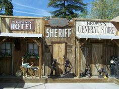 Old West Towns. Make a four false front building Western Theme, Western Decor, Western Games, Western Saloon, Old West Town, Old Town, Charlie Brown Farms, Play Houses, Bird Houses