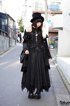 from http://thedarkforest.tumblr.com/ Takeshita works at the h.NAOTO shop inside of LaForet Harajuku. Her all-black style mixes gothic and steampunk elements from h.NAOTO Steam, h.NAOTO Blood, h.NAOTO Frill & Gaultier.