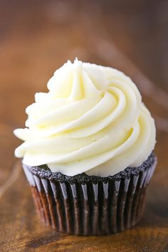 Cream Cheese Frosting - perfect for piping on cupcakes and cakes! This Cream Cheese Frosting recipe is quick, easy & perfect for frosting cupcakes since it holds its shape for piping! It's the best cream cheese frosting! Frost Cupcakes, Frosting Recipes, Cupcake Recipes, Dessert Recipes, Make Cream Cheese, Cream Cheese Icing, Köstliche Desserts, Delicious Desserts, Apple Desserts