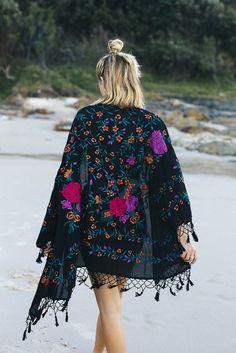 kimono Boho chic bohemian boho style hippy hippie chic bohème vibe gypsy fashion indie folk Source by poeticescobar Hippie Chic, Hippie Style, Hippie Elegante, Style Indie, Mode Hippie, Bohemian Mode, Gypsy Style, Bohemian Style, Bohemian Kimono