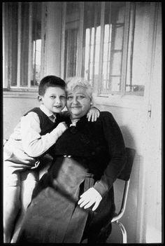 """JEAN PAUL GAULTIER, NAISSANCE D'UN """"ENFANT TERRIBLE DE LA MODE"""" DOUX PROVOCATEUR ANIMÉ D'UNE ÉTERNELLE JEUNESSE, JEAN PAUL GAULTIER FAIT FIGURE D'ICONOCLASTE DANS L'HISTOIRE DE LA MODE ET DU COSTUME. Jean Paul Gaultier et sa grand-mère maternelle, Marie vers 1958 © DR / Archives Jean Paul Gaultier"""