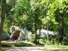 La Tuque  is een sfeervolle en ruim opgezette natuurcamping in de prachtig groene omgeving van het departement Lot in Frankrijk