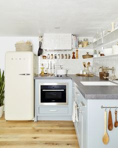 Emily Henderson small kitchen ideas Size doesn't have to equal style. Velinda gives us a tour of her basement rental kitchen that's compact but full of small space solutions (and good looks). Food Storage Boxes, Storage Hacks, Smart Storage, Home Design, Interior Design, Design Ideas, Rental Kitchen, Kitchen Decor, Kitchen Ideas
