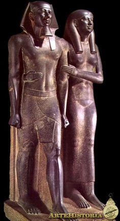 La estatua del rey Micerino y su reina representa al faraón de la IV dinastía del Imperio Antiguo de Egipto, hijo de Kefrén y nieto Keops, que reinó entre 2514 a. C. y 2486 a. C. y a su esposa la reina Jamerernebty.