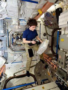 (IT) L+13/14: Logbook. Weekend sulla #ISS : pulizie, dispensa spaziale e un nuovo asciugamani! http://avamposto42.esa.int/blog/diario-di-bordo/single/l13-l14-di-asciugamani-e-weekend-nello-spazio/ …