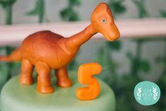 """O pequeno """"Rei"""" adora dinossauros e no seu 5º aniversário decidimos preparar-lhe uma festinha assustadoramente doce   Bolo. doces e bolinho..."""